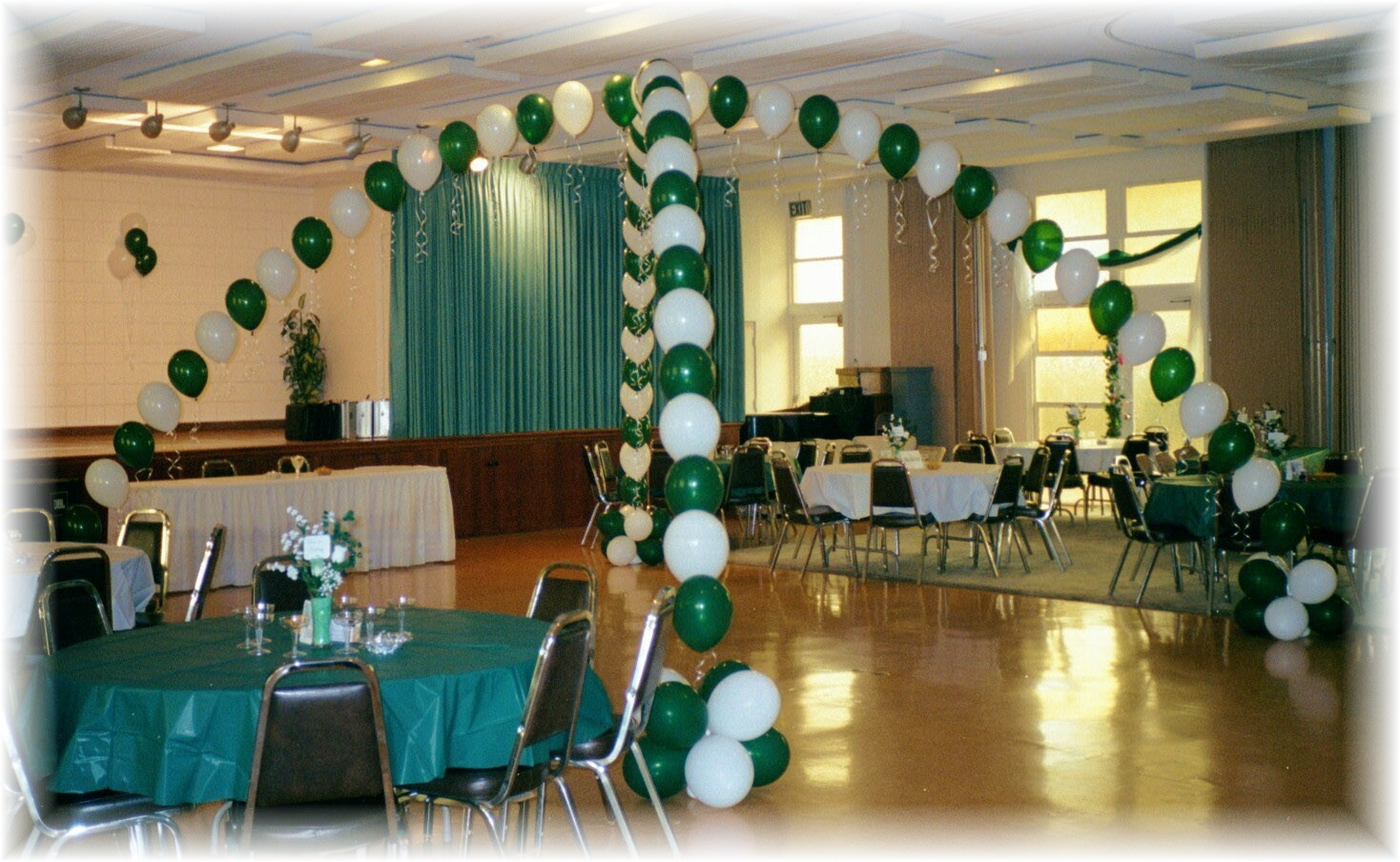 how to decorate with balloons school reunion decorations reunion balloons balloon decorating. Black Bedroom Furniture Sets. Home Design Ideas